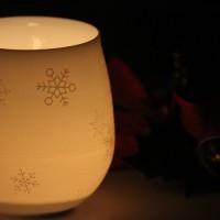 蝋燭の淡い光に照らされて浮かび上がる雪の結晶